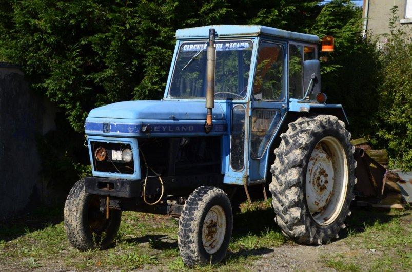 Leyland Trecker Oldie im Dorf