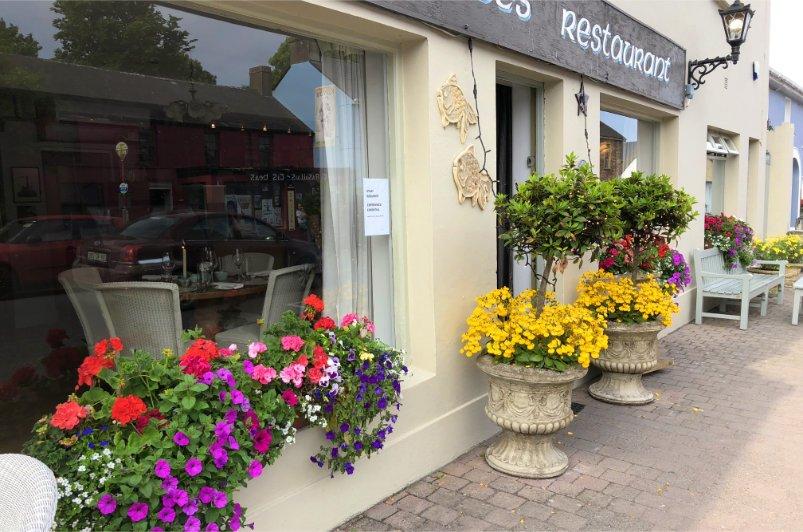 Blumenpracht vor einem Restaurant