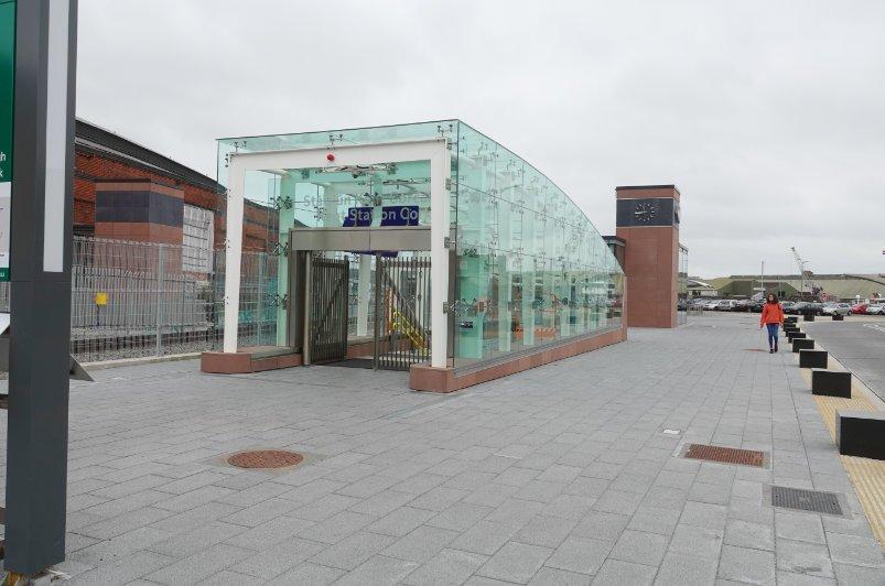 Der moderne Glaseingang zum Bahnhof