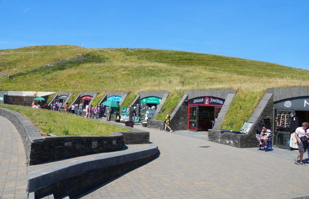 Im Hügel eingebaute Touristenläden
