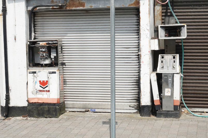 Nicht mehr funktionsfähige Tankstelle mitten in der Stadt