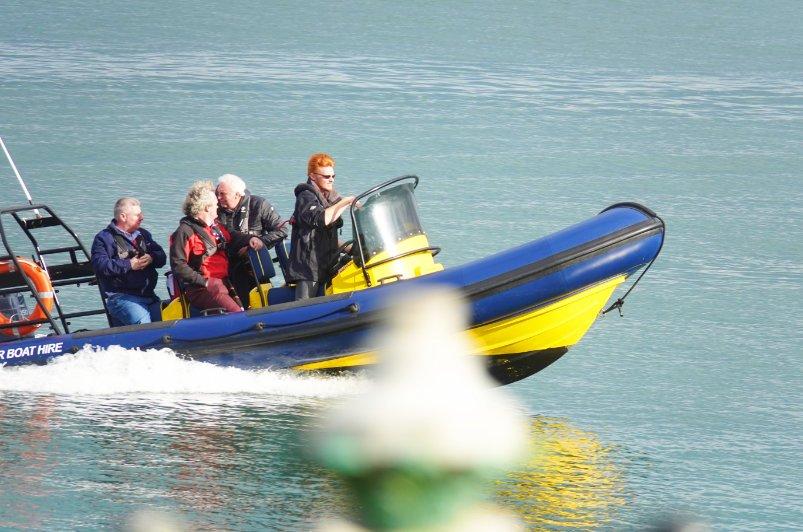 Leibhaftiger irischer Rotschopf am Steuer des Rennboots