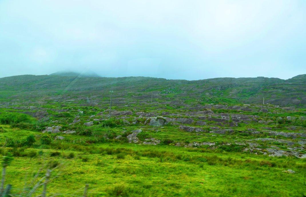 Nebel und steinige Landschaft - Das ist Irland -