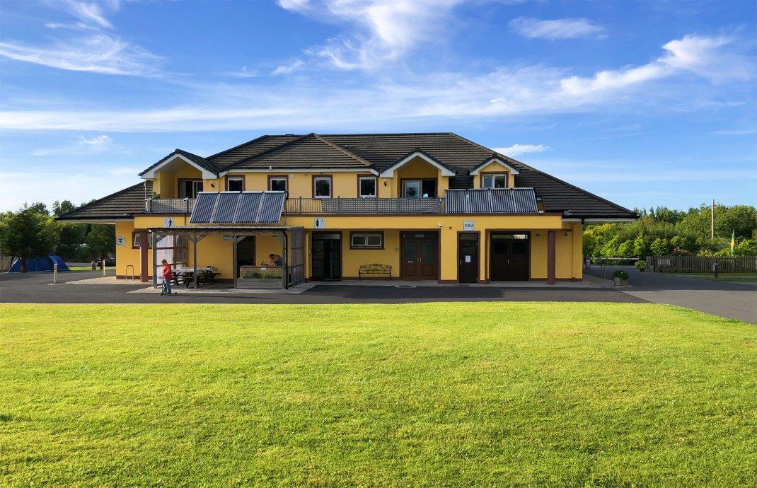 Das moderne SAnitärgebäude auf dem Woodlands Campingplatz