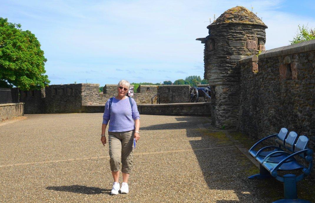 Anne auf der Stadtmauer