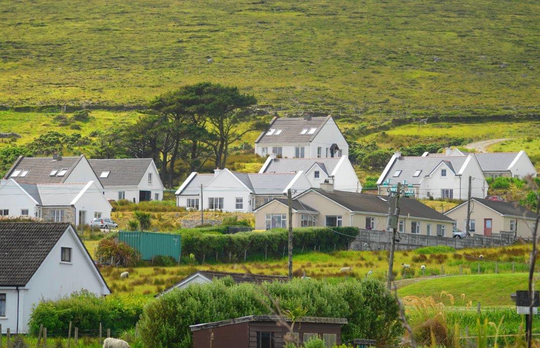 Überwiegend weiße Häuser auf der Insel