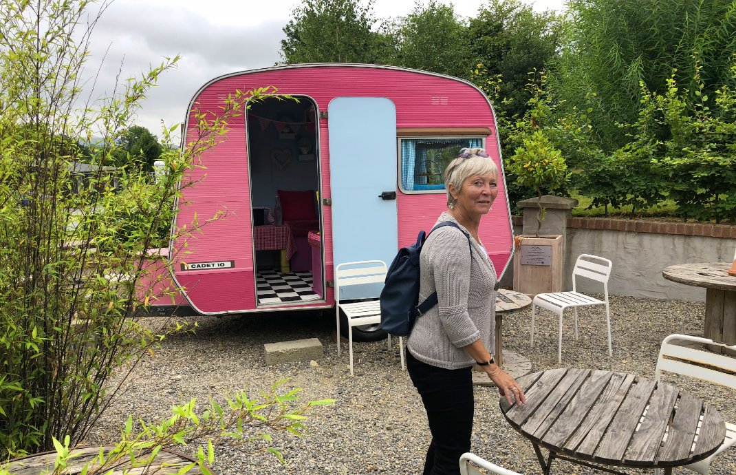 Der zur Teestube ausgebaute Wohnwagen