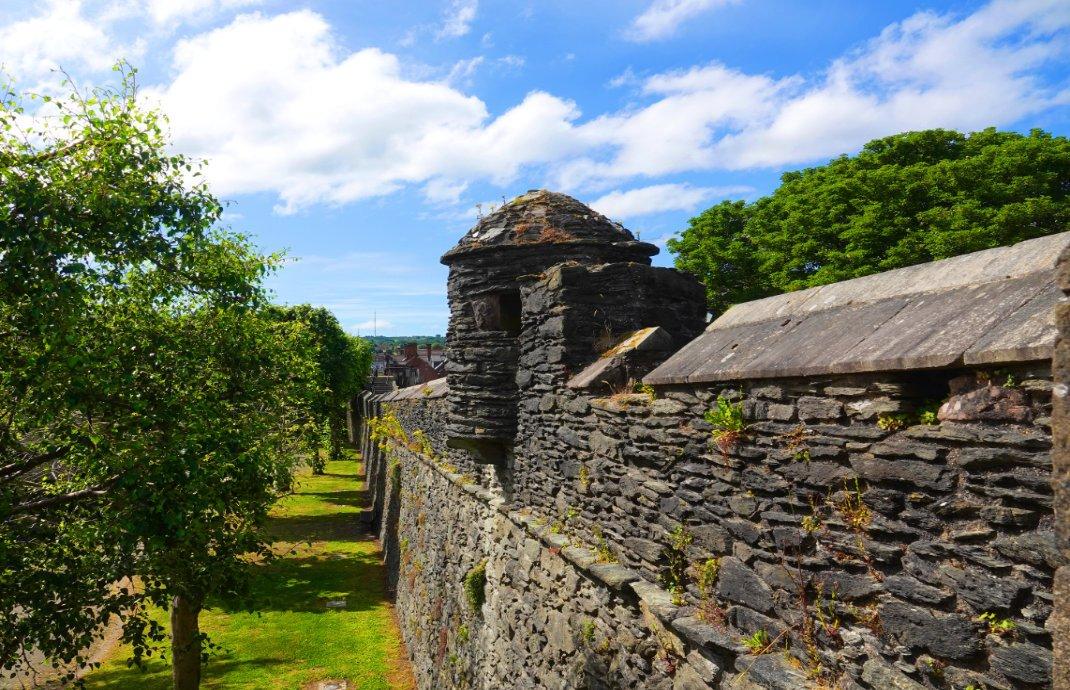 Die gut erhaltene Stadtmauer von Derry