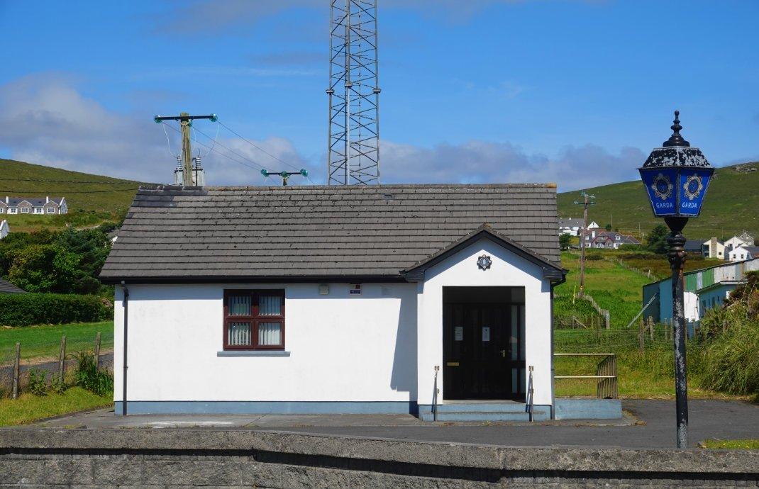 Die kleine Polizeistation (Garda) in Keel