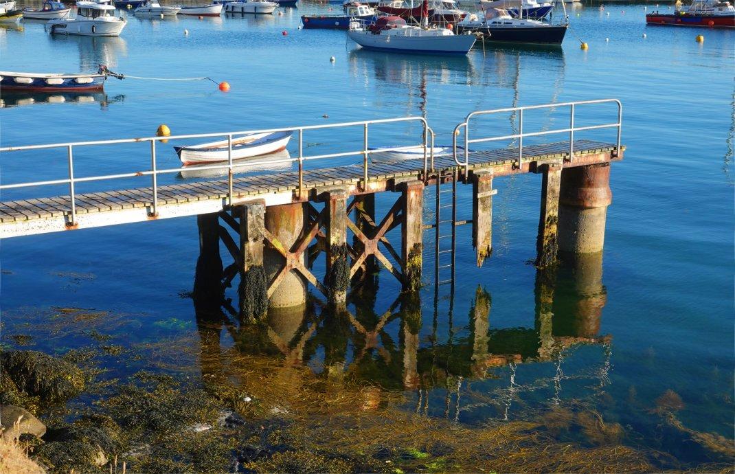 Fast perfekte Spiegelung im Hafenbecken