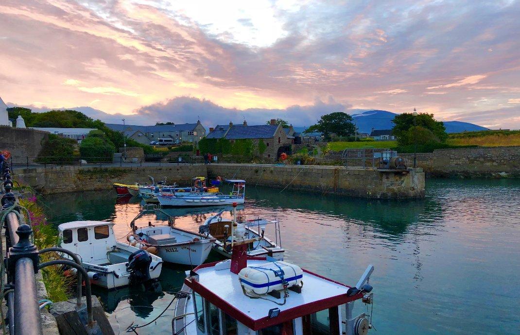 Feuriger Sonnenuntergang am Hafen von Annalong