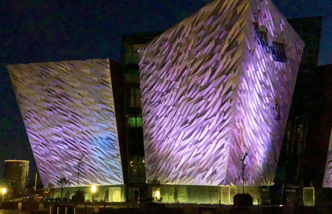 Nächtliche Beleuchtung des Titanic Museums