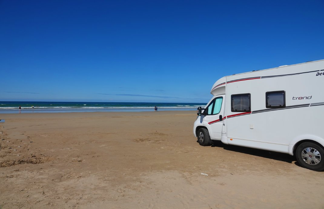 Parken direkt auf dem Strand in Benone