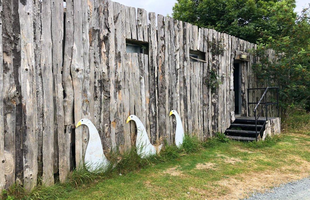 Kreativ rustikal gestaltetes Toilettengebäude
