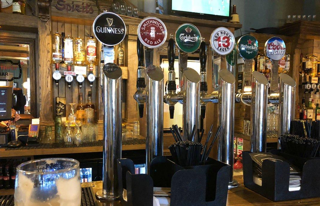 Sechs Zapfsäulen in der Bar des Amethyst Pub