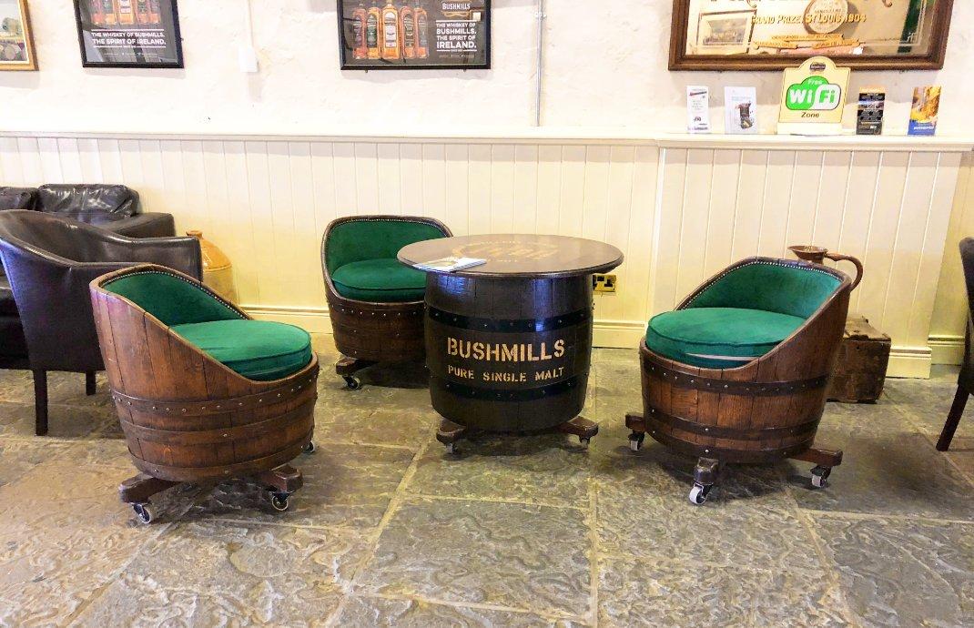 Sitzgruppe aus Whiskeyfässern