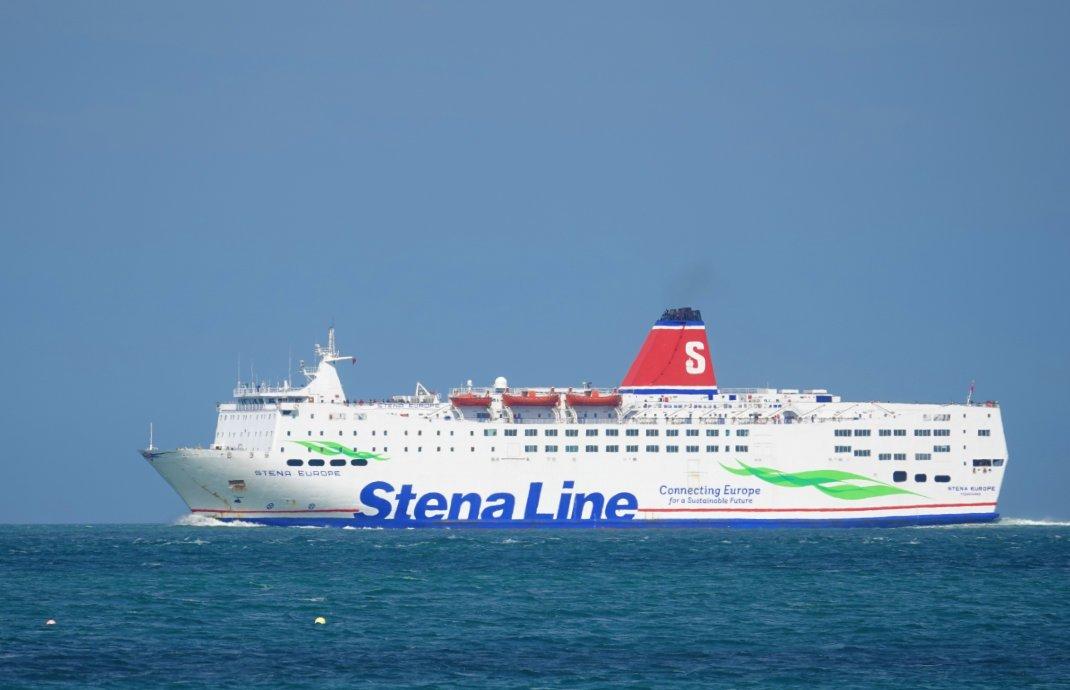 Die Fähre Stena Europe beim Einlaufen in den Hafen von Rosslare