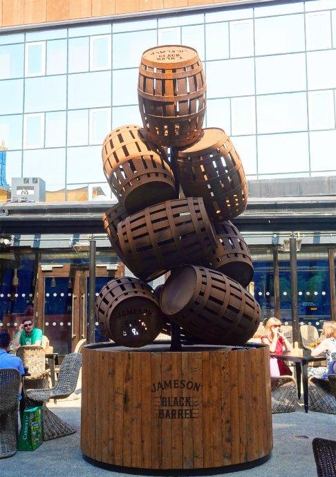 Statue aus Fässern