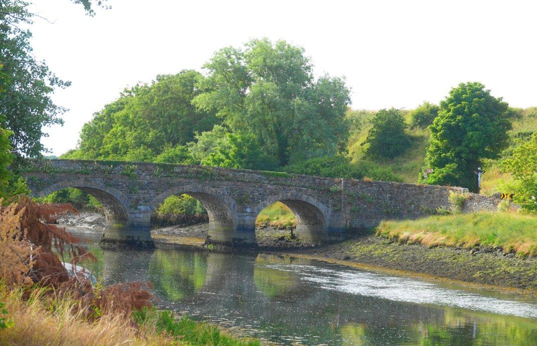 Traitionelle Granitbrücke übert den River Glyde in Annagassan