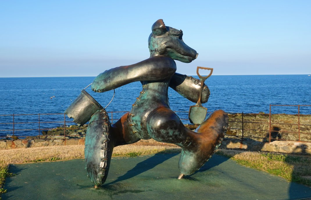 Ulkige Skulptur an der Strandpromenade