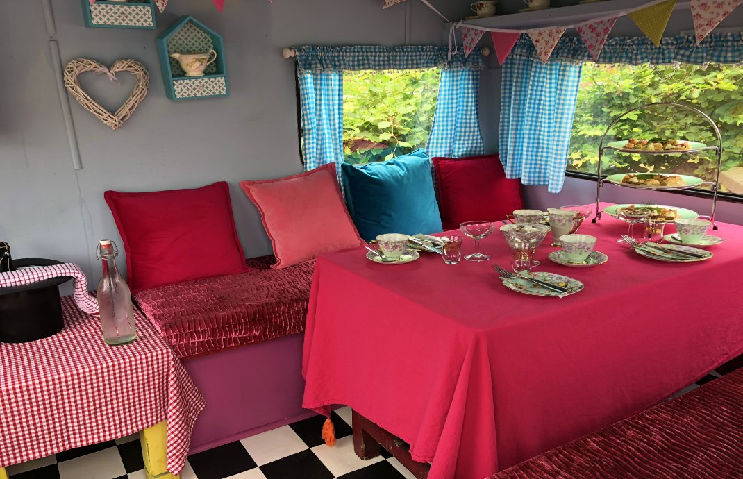 Zur niedlichen Teestube ausgebauter Wohnwagen