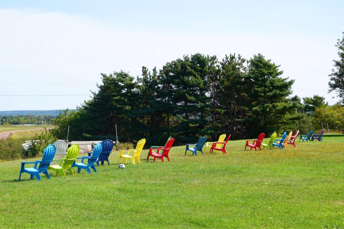 Adirondack Stühle auf dem Rasen vor unserem Motel