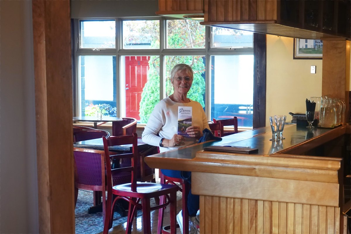 Anne an der Bar der Destillery