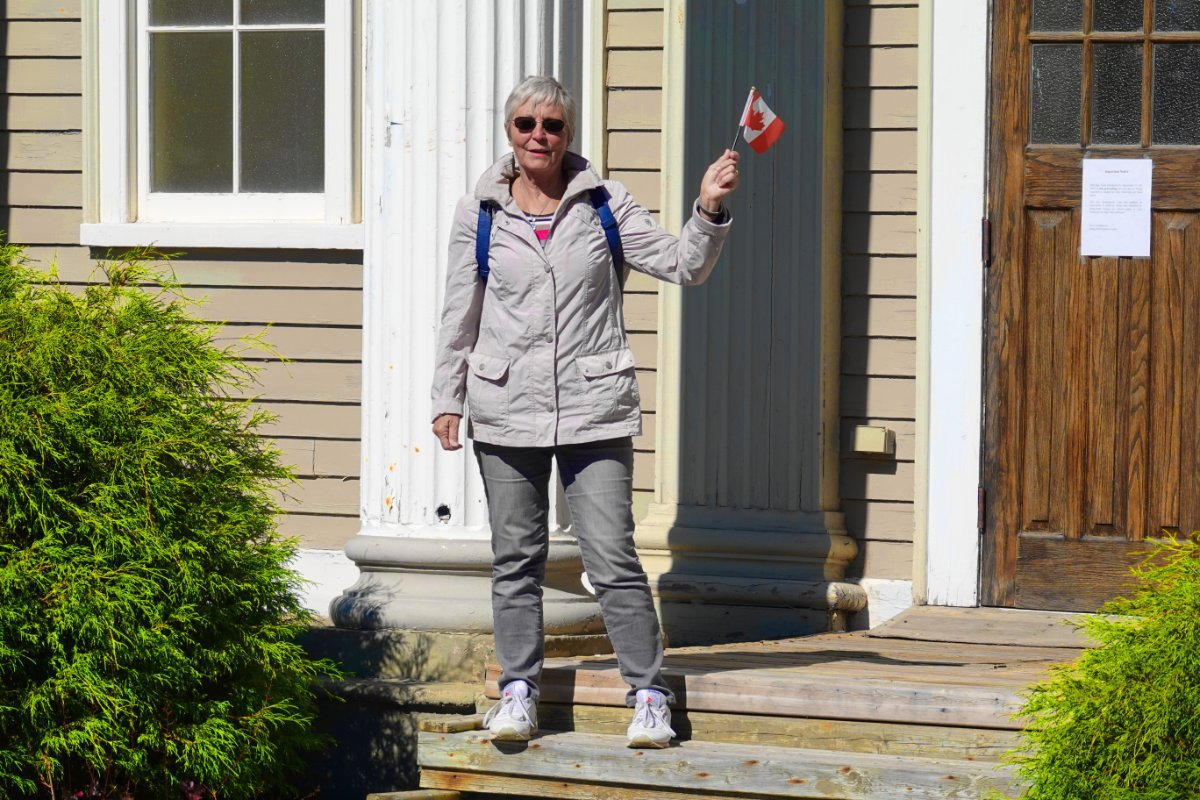 Anne mit Kanada-Fähnchen vor dem Gerichtsgebäude