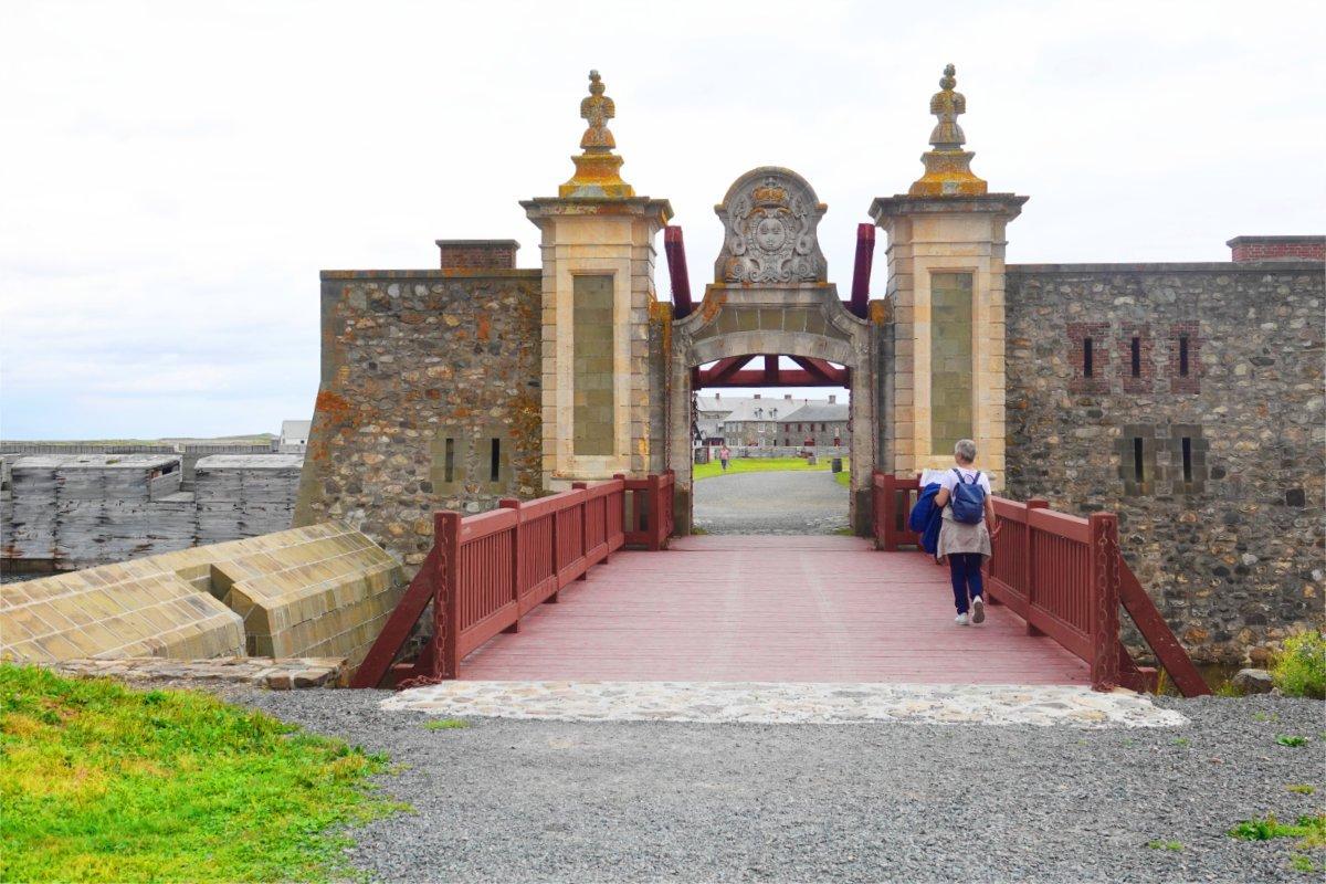 Anne vor dem Haupttor des Forts