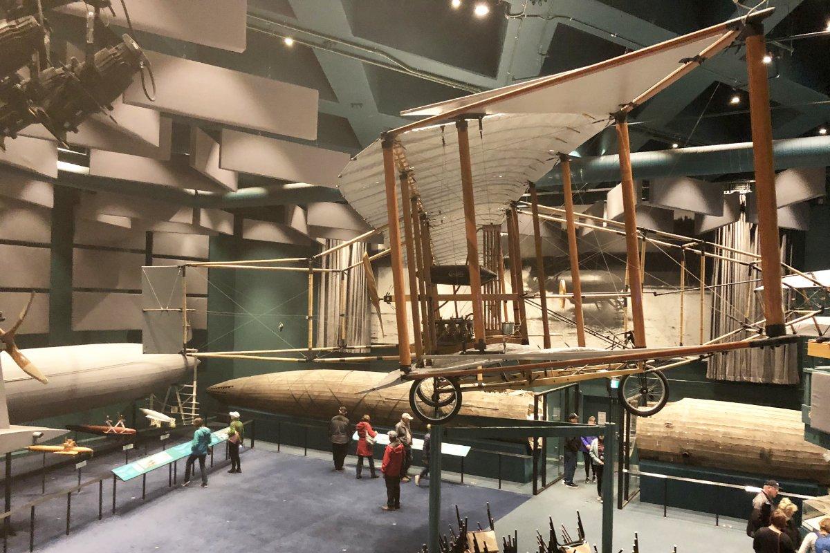 Motorisiertes Flugzeugmodell und Tragflächenboot