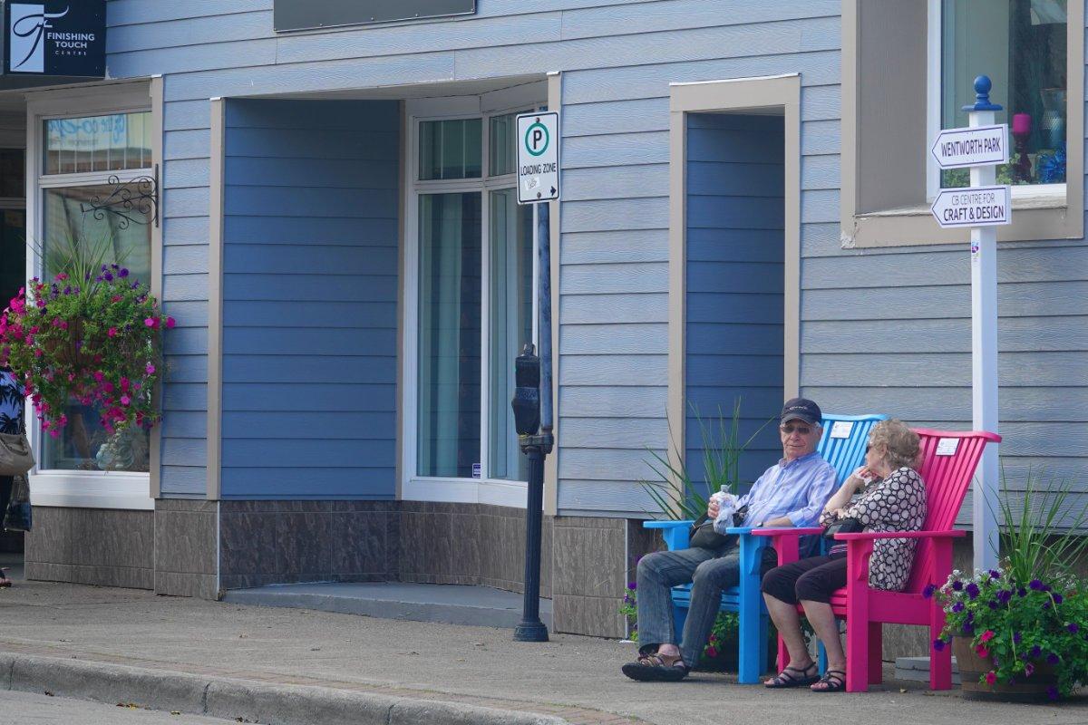 Pause in Adirondack Stühlen in der Hauptstraße