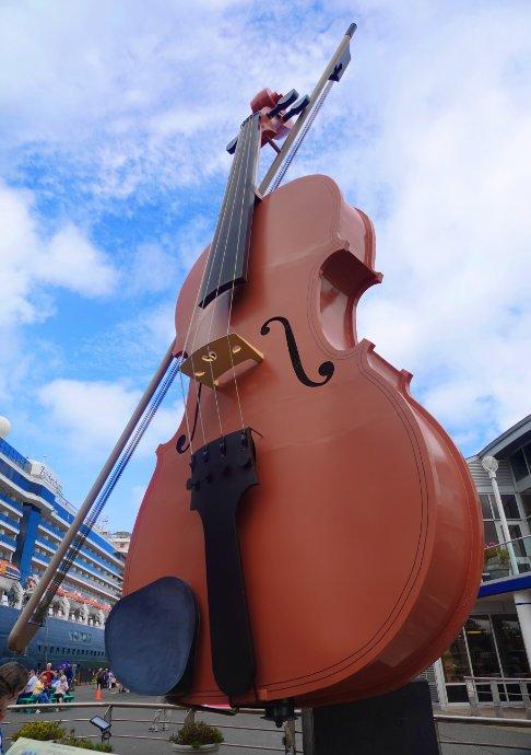 Riesige Geige am Kreuzfahrerterminal
