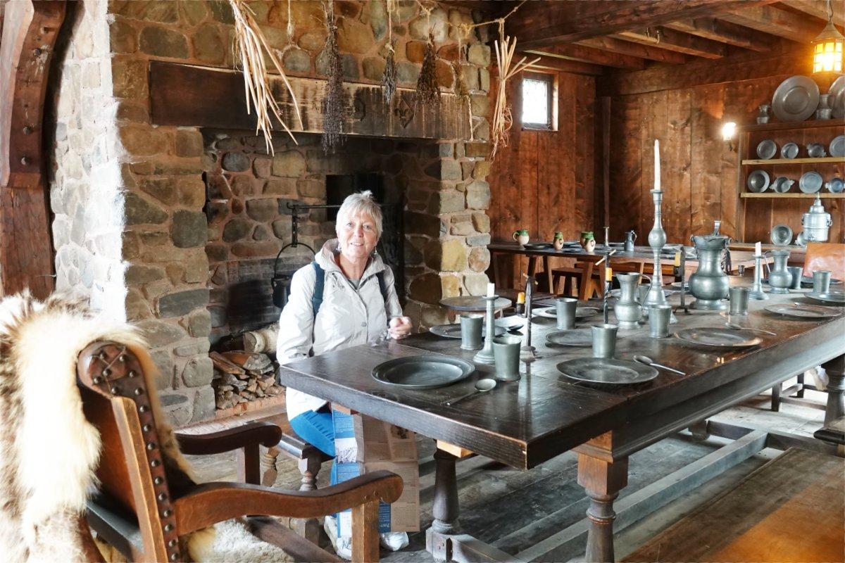 Anne im Speisesaal des Forts