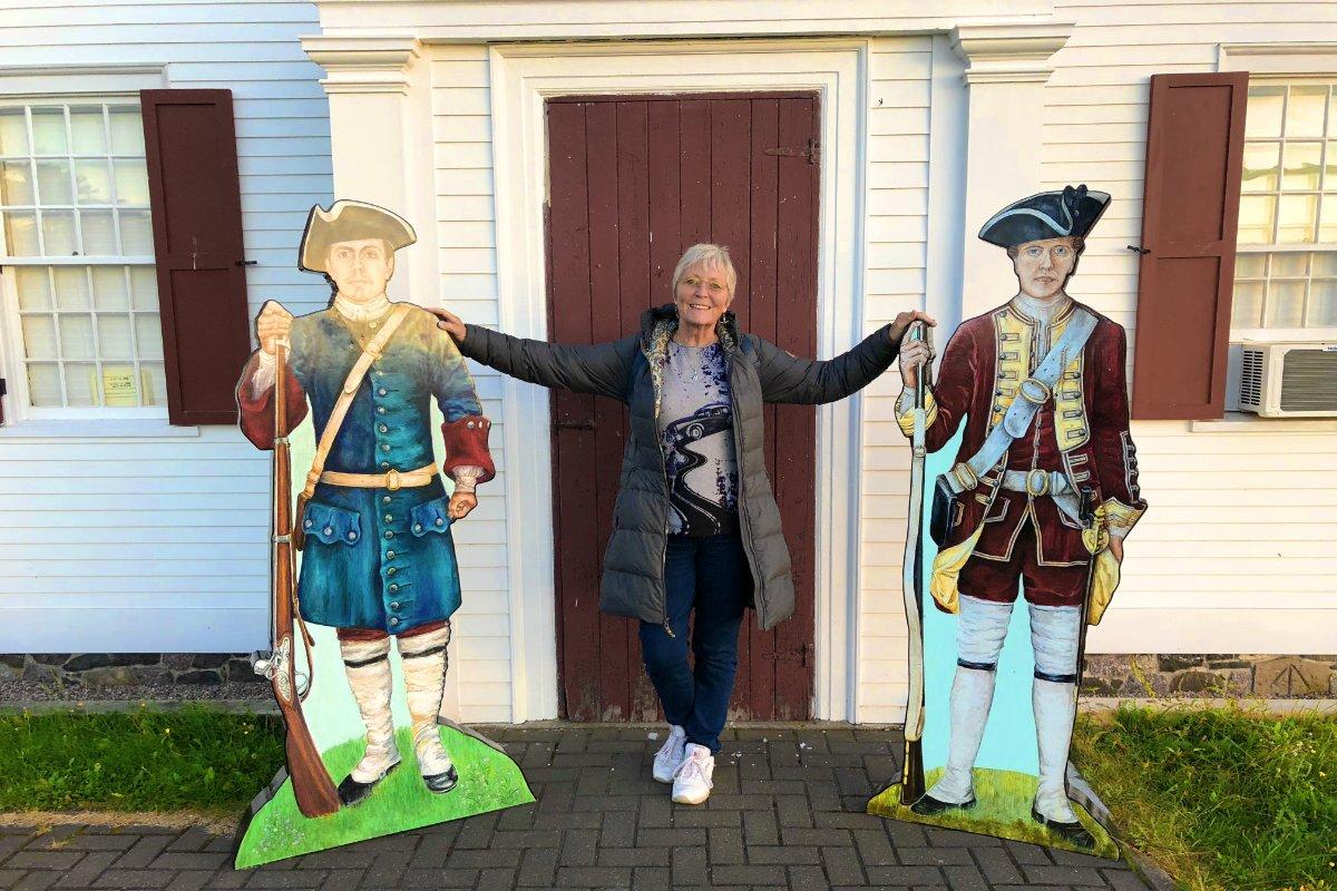 Anne mit Pappkameraden vor dem Museum