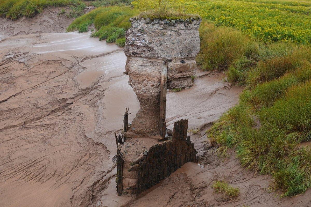 reste eines Brückenpfeilers im Fluß