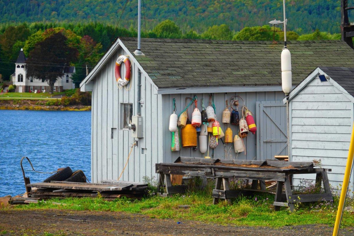 Bootsschuppen im kleinen Hafen