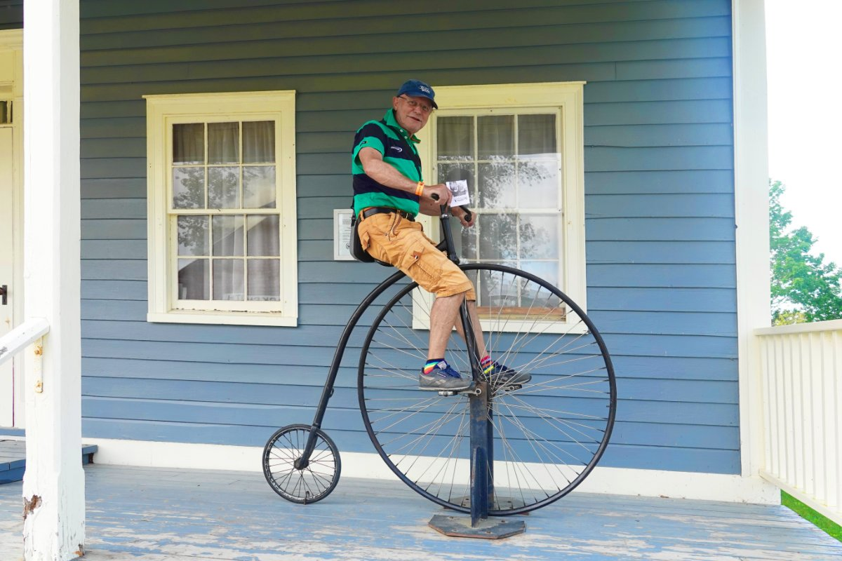 Frederick auf einem Hochrad