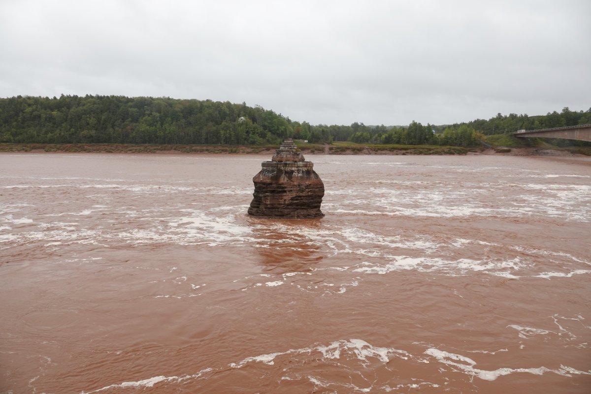 Hereinrauschende Flut umtost alten Brückenpfeiler
