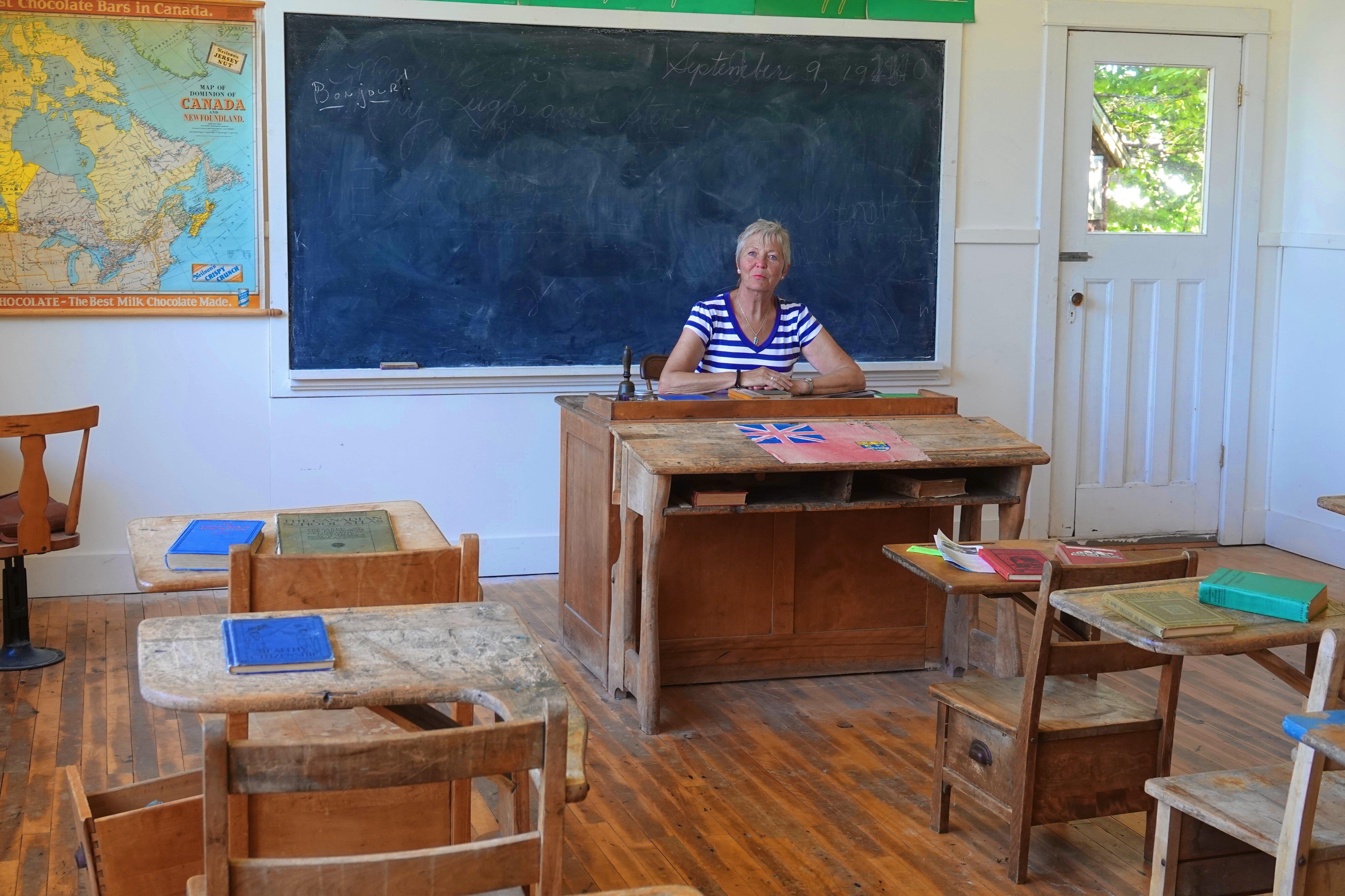 Anne posiert als Lehrerin in der Schule des Museumsdorfes
