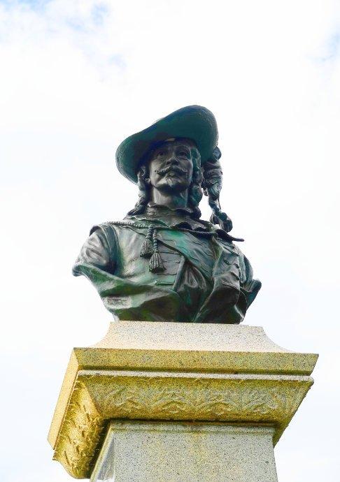 Sieur du Mons Statue
