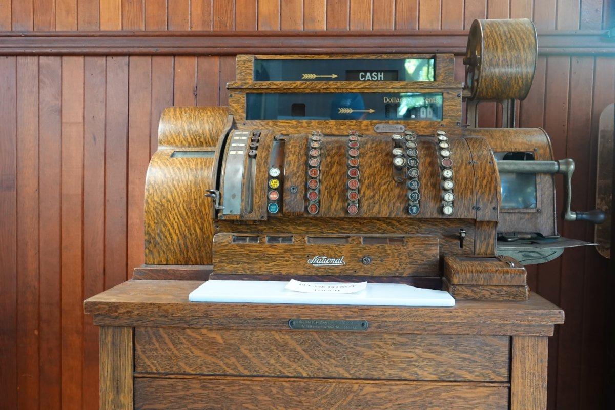 Schön erhaltene historische Registrierkasse