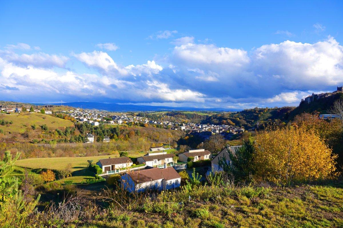 Blick auf Massif Central und die Unterstadt von St. Flour