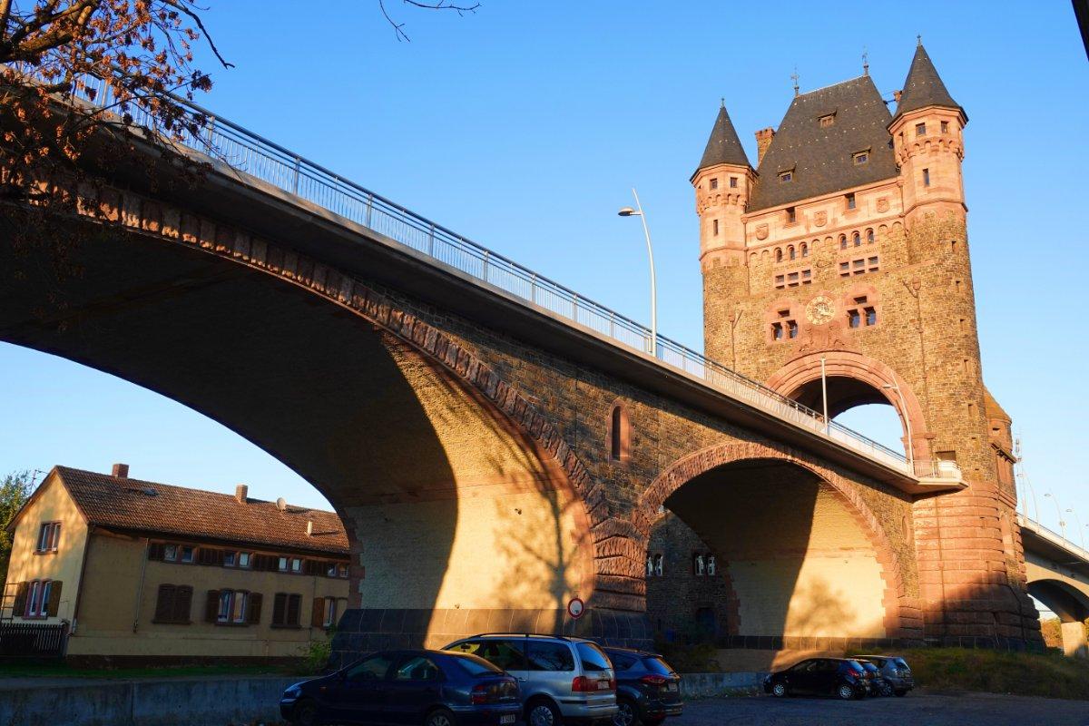 Nibelungenturm an der alten Nibelungenbrücke