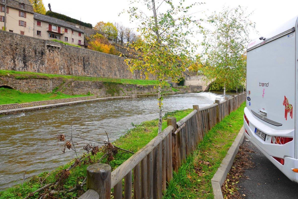 Stellplatz direkt am Fluss Lot