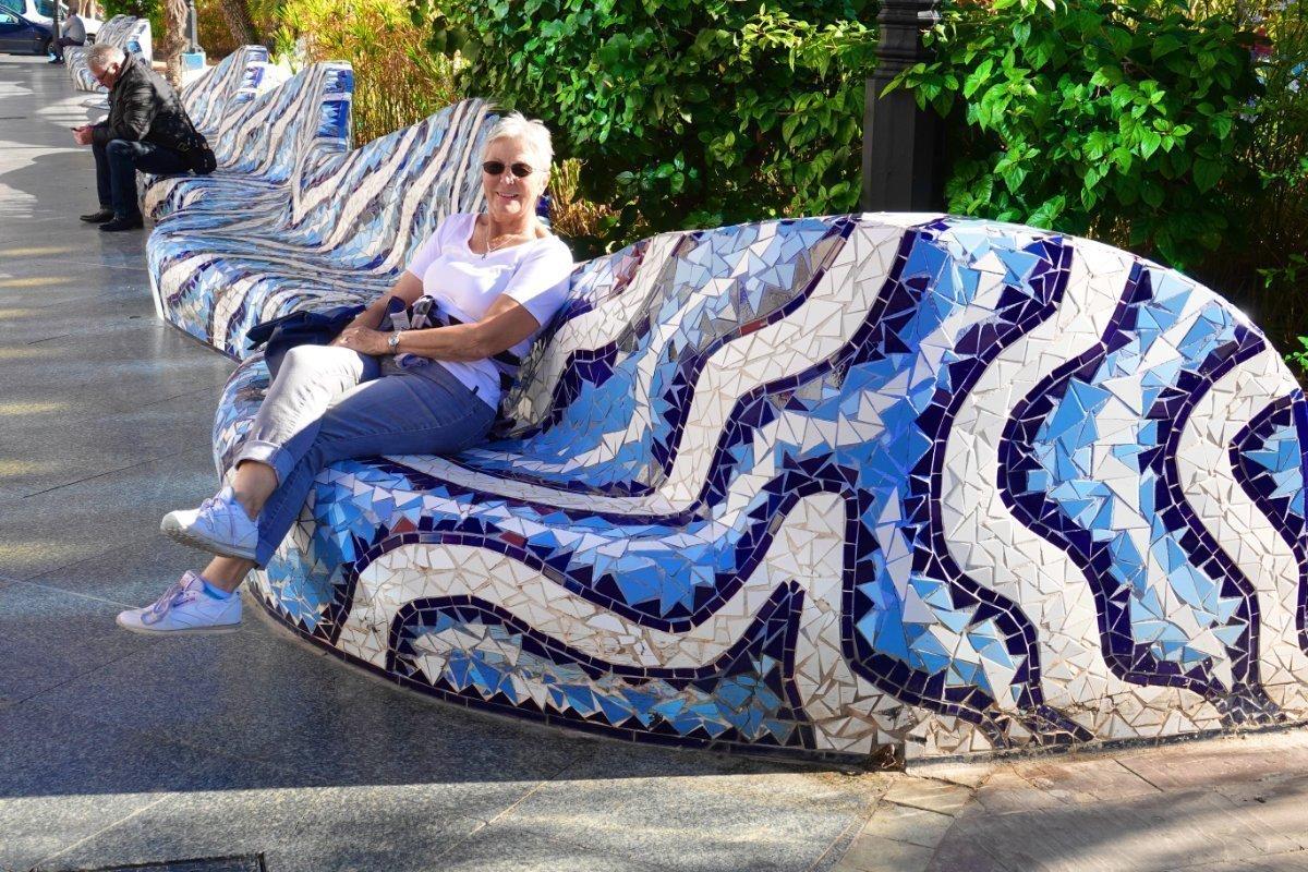 Anne auf Mosaikbank