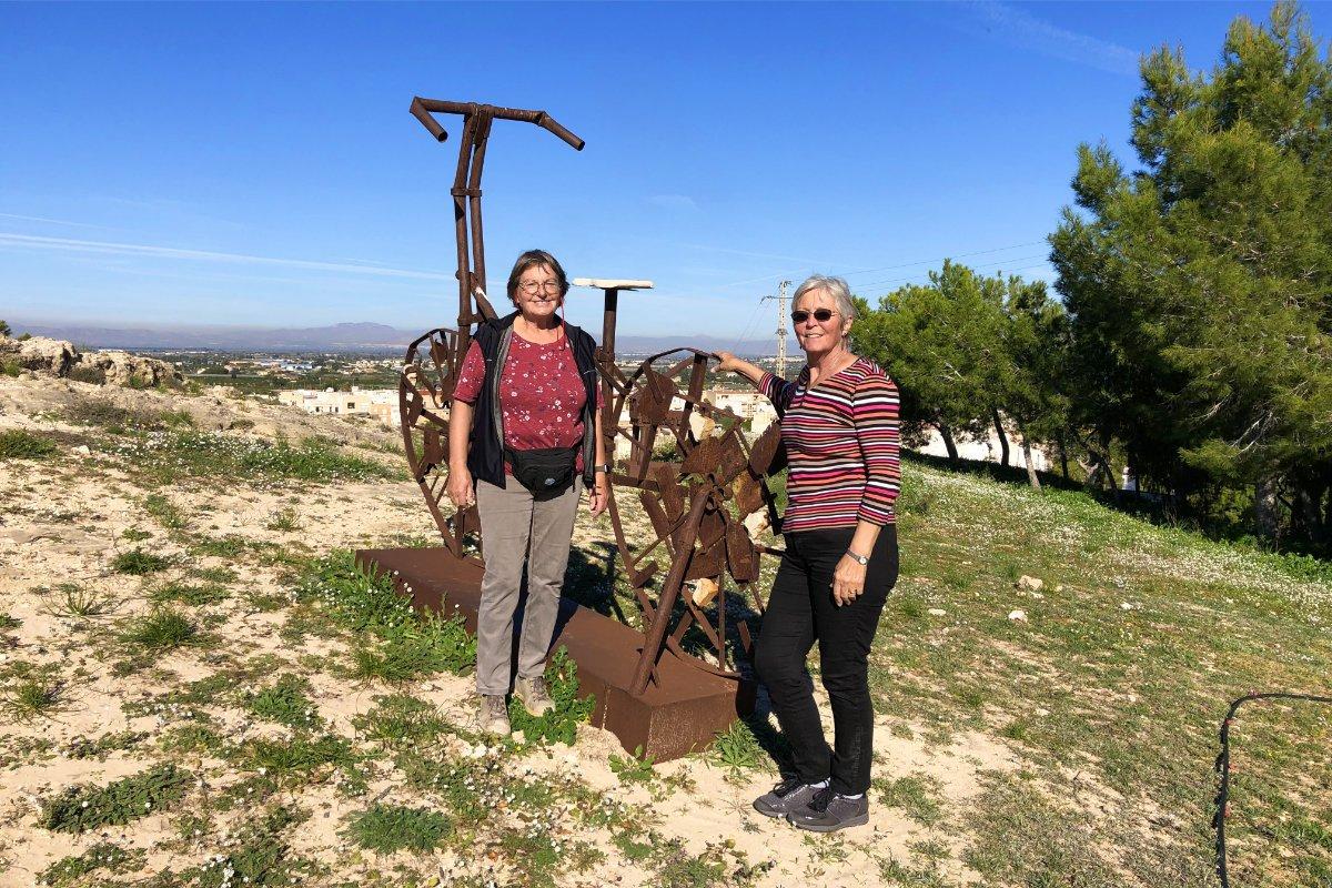 Bärbel und Anne vor der großen Stahlfahrrad-Skulptur