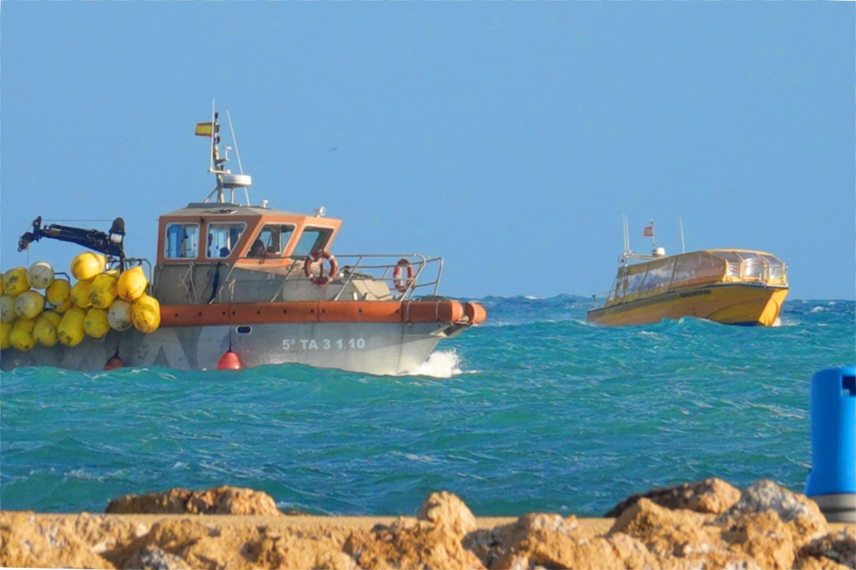 Fischerboote und Tabarca Fähre (rechts)