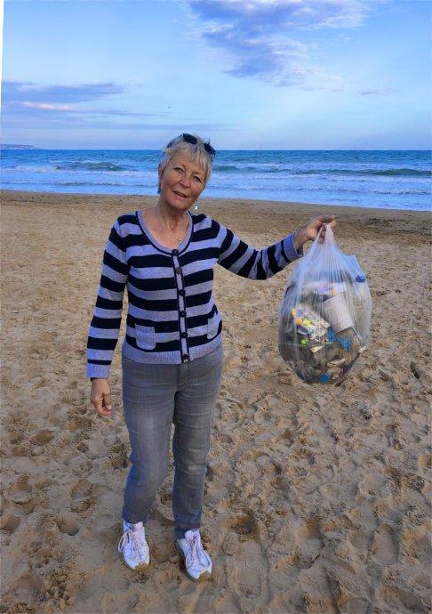 Müllsammeln am Strand von La Marina