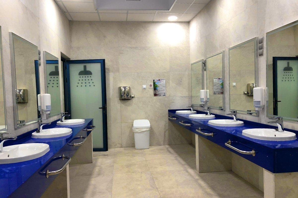 Modernes Sanitärgebäude