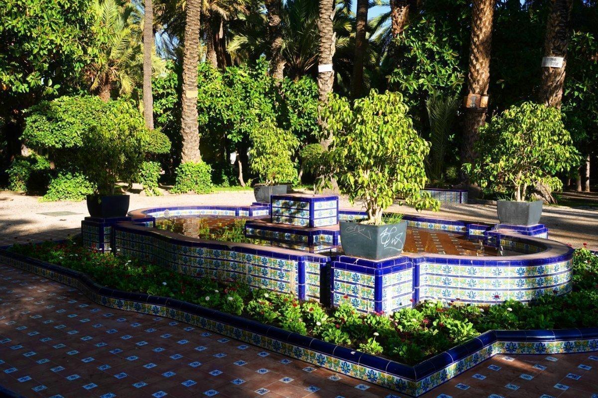 Schöner Brunnen im Palmenhain